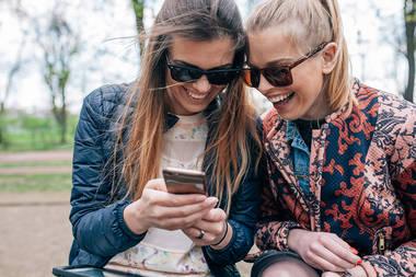 Frauen mit Smartphone