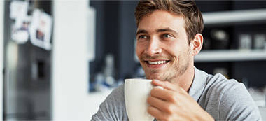 Mann mit Tasse